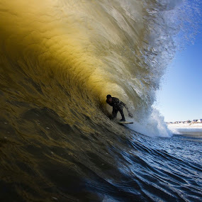 Jesse getting barrled by Dave Nilsen - Sports & Fitness Surfing