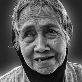 Peyot by Reza Unyil - Black & White Portraits & People ( old, girl, black and white, street, portrait )