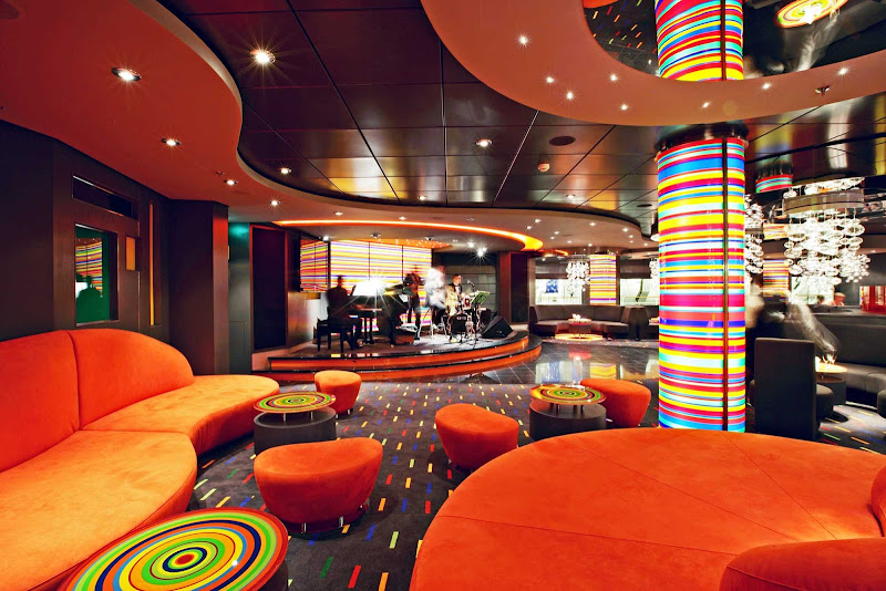 An ode to jazz, the Manhattan Bar on MSC Fantasia is a stylish lounge where guests can listen to live music and sip fine whiskies, cognac and top-shelf liquors.
