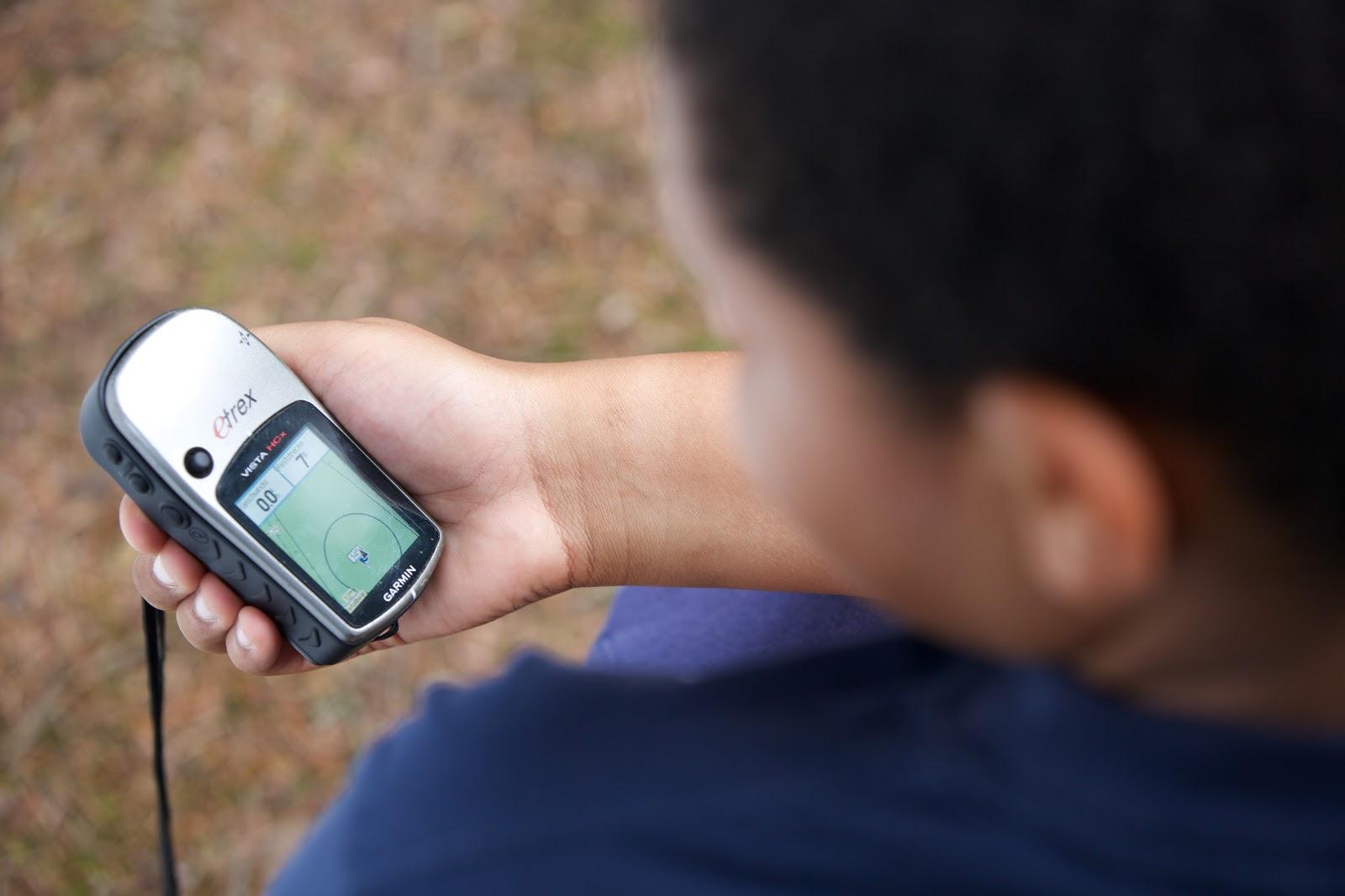 Hier siehst Du einen jungen Mann mit einem GPS-Gerät