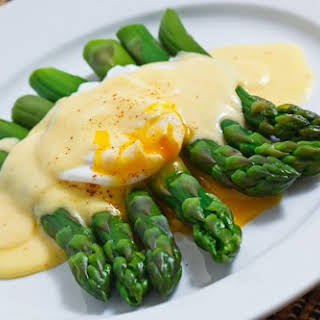 Asparagus with a Poached Egg in Hollandaise Sauce.
