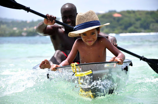 Steering a kayak along the southern beaches of Martinique, driver's license not required.