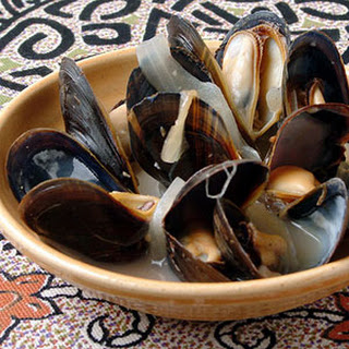 Steamed Mussels with Lemon, Onion, and Wine (Mijillones al Limón)