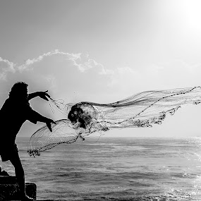 EARLY CATCH 2 by Shaik Mohaideen - Black & White Portraits & People ( , silhouette )