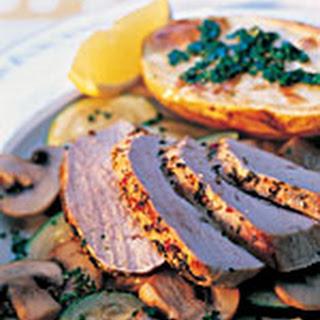 Gepeperde Varkensfiletrollade Met Groenten En Gepofte Aardappels