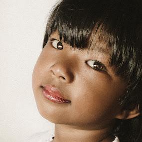 i look at you by Izhar  Hj.Ishak - Babies & Children Child Portraits