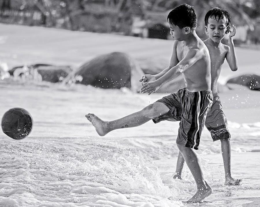 Main bola pantai by AbngFaisal Ami - Black & White Street & Candid (  )