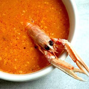 http://invitadoinvierno.com/pescado-marisco/sopa-de-pescado-con-picada/ Seafood Soup with Vegetable Paste